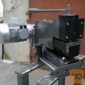 Stroj za napenjanje tračnih žag in gater listov